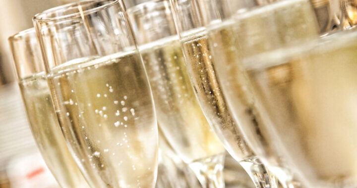 champagne-glass-glasses-background-with-champagne-drinks-champagne-in-glasses