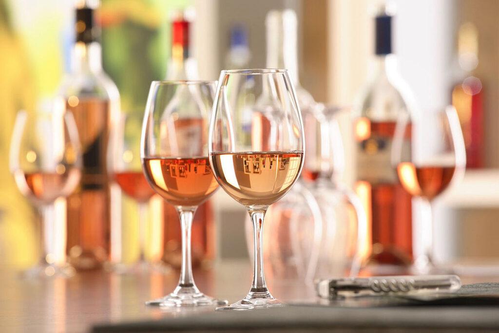 Бокал розового вина
