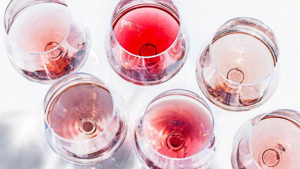 Бокалы с розовым вином