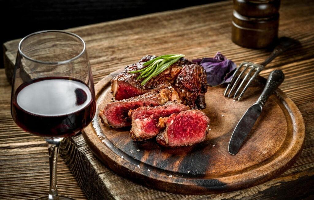 Стейк с красным вином